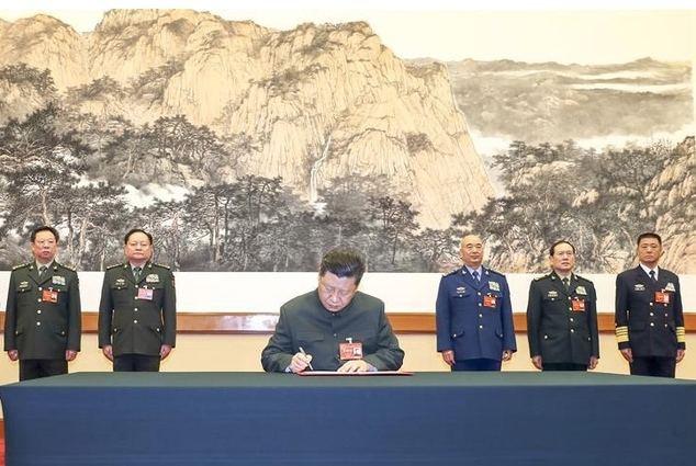 El presidente chino, Xi Jinping, también secretario general del Comité Central del Partido Comunista de China (PCCh) y presidente de la Comisión Militar Central (CMC), firma una orden de movilización para el entrenamiento de las fuerzas armadas, la primera orden de la CMC en 2019, en una reunión de la CMC celebrada en Beijing, capital de China, el 4 de enero de 2019. (Xinhua/Li Gang)