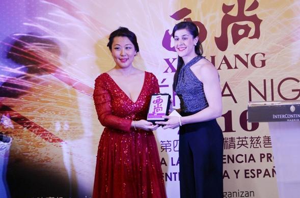 Esperanza Qiaonan Liu, presidenta de la revista Xishang junto a Carolina Marín, campeona del mundo de badminton.