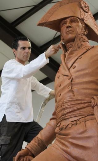 El escultor Salvador Amaya, en la imagen, ya ha colaborado en otras ocasiones con el pintor Augusto Ferrer-Dalmau, como la estatua de la imagen en honor del general Menacho, héroe de la Guerra de la Independencia.