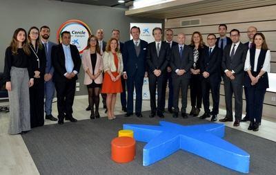 Jordi Gual, presidente de CaixaBank, con el equipo de la oficina de CaixaBank en Casablanca.