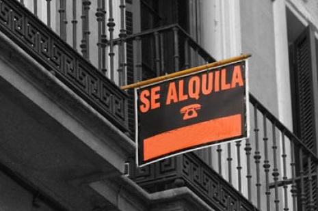 La diferencia entre alquilar en el barrio más caro y el más barato de Madrid y Barcelona superó los 300 euros al mes