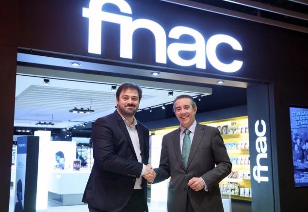 Enrique Martínez, director general del Grupo Fnac Darty, y Juan Antonio Alcaraz, director general de CaixaBank.