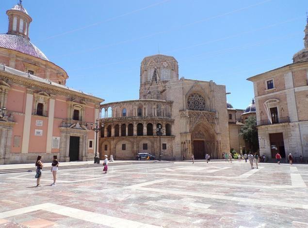La Basílica de la Virgen de los Desamparados se cardioprotege para Las Fallas