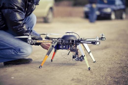 ¿Tengo que ponerle una matrícula a mi dron? ¿Puedo volar el dron cerca de un aeropuerto?