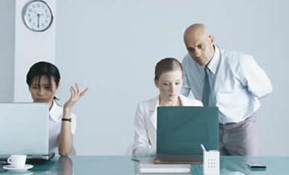 Cerca del 70% de los empleados oculta a su jefe su actividad en redes sociales