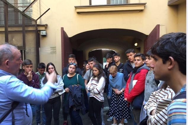 El presidente de APTCE, Enrique de Villamor, con alumnos del programa.
