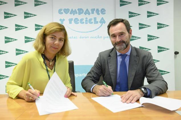 En la foto, Guadalupe Corzo, responsable de compras de juguetes y videojuegos de El Corte Inglés y José Antonio Pastor, de la Asociación Española de Fabricantes de Juguetes.
