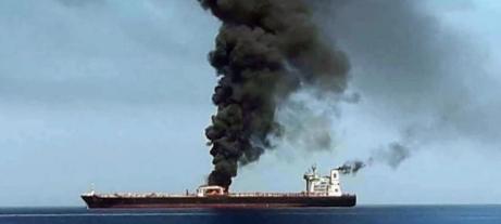 Una columna de humo sale de uno de los petroleros atacados en el golfo de Omán.