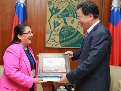 La presidenta del Parlamento Centroamericano, Irma Segunda Amaya Echeverría, y el ministro de Relaciones Exteriores, Jaushieh Joseph Wu, durante su encuentro en Taipei. (Foto del MOFA)