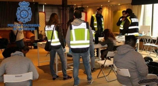 Agentes de Policía española durante la operación Wall.