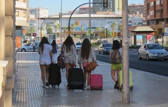 Los españoles viajan durante ocho días y gastan más de 550 euros de media