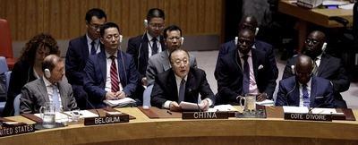 Zhang Jun, en el centro, representante permanente de China ante la Organización de las Naciones Unidas (ONU), pronuncia un discurso durante una reunión del Consejo de Seguridad sobre amenazas a la paz y seguridad internacionales, en la sede de la ONU en Nueva York, Estados Unidos, el 22 de agosto de 2019. Un enviado ruso ante la ONU pidió el jueves a los países europeos prestar atención a la reciente retirada de Estados Unidos de un tratado de control de armas de la Guerra Fría y advirtió de una posible carrera armamentista. (Xinhua/Li Muzi)
