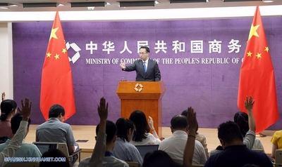 El portavoz del Ministerio de Comercio chino Gao Feng en el transcurso de una conferencia.