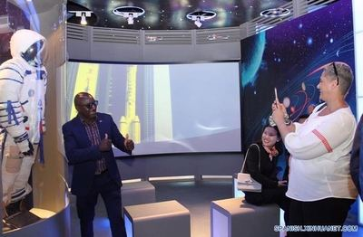 SWAKOPMUND (Xinhua) -- Imagen del 19 de agosto de 2019, de una persona posando durante una exhibición espacial luego de un evento con astronautas chinos, en la localidad costera de Swakopmund, Namibia. Liu Yang, la primera mujer china astronauta en llegar al espacio, y otro astronauta, Chen Dong, llegaron a la localidad portuaria de Walvis Bay, Namibia, el lunes, e iniciaron su visita de cinco días a la nación del sur de Africa por invitación del presidente Hage Geingob. (Xinhua/Wu Changwei)