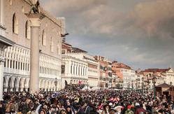 Turistas que atacan sus destinos turísticos: la desfachatez de la demanda con postureo