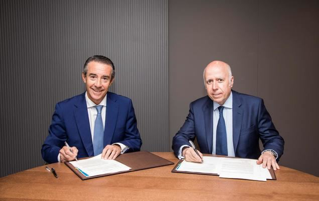 De izquierda a derecha, el director general de CaixaBank, Juan Antonio Alcaraz, y el presidente de KPMG en España y de la Fundación KPMG, Hilario Albarracín.