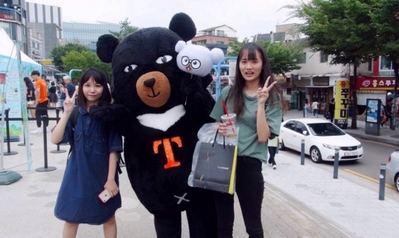 Oh Bear, la mascota de la Oficina de Turismo de Taiwan, interactuó con los visitantes durante el evento de promoción en la Universidad Hongik en Seúl (Corea del Sur). (Foto de CNA)
