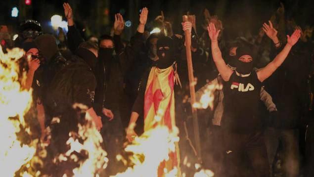 Los grupos violentos que están arrasando Barcelona se nutren de miembros de los colectivos antisistema de muchas provincias, activistas extranjeros e individiduos de pensamiento anarcosindicalista.,