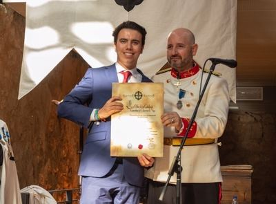 A la izquierda, Gonzalo Barceló recoge la Medalla al Mérito Profesional de Pedro Carriazo, que preside la hermandad de caballeros.