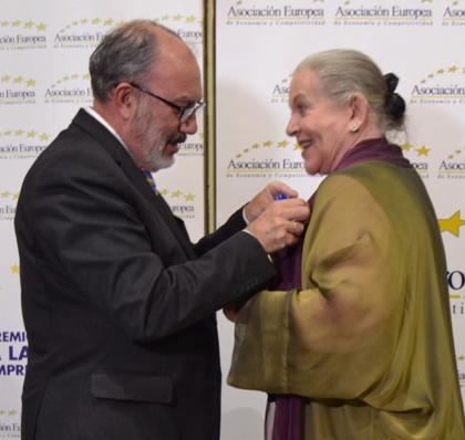 José Luis Barceló impone el reconocimiento a la actriz Concha Cuetos.