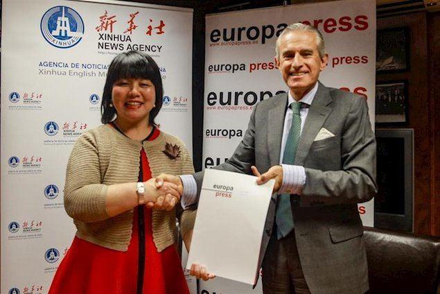 El presidente de Europa Press, Asís Martín de Cabiedes, y Junwei Feng, responsable de la Agencia de Noticias Xinhua de China en España, firman un acuerdo de colaboracion. (EUROPA PRESS/ RICARDO RUBIO)