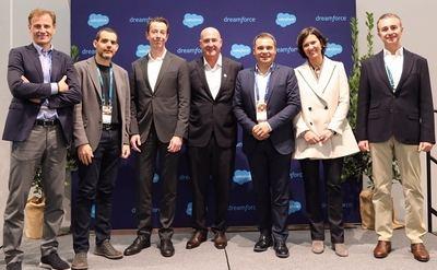 Directivos de CaixaBank y Salesforce, en el acto de firma del acuerdo.