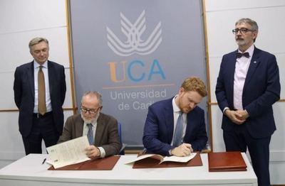 De pie, de izquierda a derecha, el Embajador de Rusia en España, Yuri Korchagin, y el Rector de la Universidad de Cádiz, Sr. Francisco Piniella.