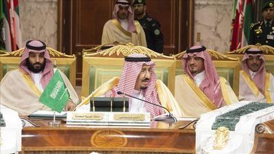 El rey de Arabia Saudita, Salman Abdulaziz Al Saud (centro) junto a su hijo, el príncipe heredero Mohammad bin Salman (izquierda) en la 39ª Cumbre del Consejo de Cooperación del Golfo (CCG) en Riad, Arabia Saudita, el 9 de diciembre de 2018. (Bandar Algaloud/Saudi Kingdom Council/Handout - Agencia Anadolu).