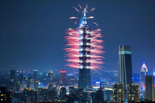 El rascacielos Taipéi 101 arde entre fuegos artificiales para dar la bienvenida al año 2020