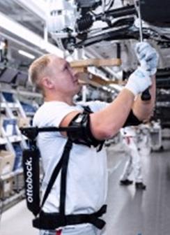 Audi prueba con éxito un innovador exoesqueleto en una línea de montaje