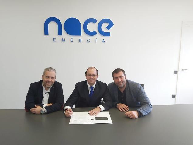 Pablo Abejas, Jaime Jaquotot i Álex Ortega en el momento de la firma.