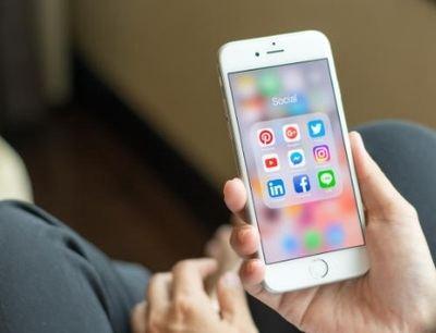 Uno de cada tres españoles dedica al menos tres semanas al año a las redes sociales, pero comparten contenido en menos de la mitad de sus perfiles