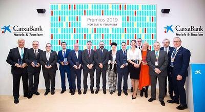 Ganadores de los Premios CaixaBank Hotels&Tourism, acompañados de Manuel Giménez Rasero, consejero de Economía, Empleo y Competitividad de la Comunidad de Madrid, y del equipo de CaixaBank Hotels&Tourism.
