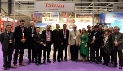 En el centro, el embajador de Taiwán en España, Exmo. Sr. D. José María Liu, acompañado de diversas personalidades y periodistas, entre ellos el director dela cadena RadioYa, Javier García Isac, y el Editor-Director de El Mundo Financiero, José Luis Barceló.