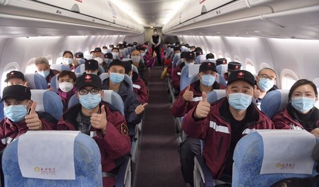 CHENGDU, 21 febrero, 2020 (Xinhua) -- Empleados médicos a bordo de un avión posan previo a partir hacia la provincia de Hubei, en el Aeropuerto Internacional Shuangliu de Chengdu, en Chengdu, en la provincia de Sichuan, en el centro de China, el 21 de febrero de 2020. Los cuatro aviones ARJ21 fabricados en China y un avión Airbus con 231 empleados de la salud y suministros médicos, volaron a Hubei el viernes para ayudar en la lucha contra el nuevo coronavirus. (Xinhua/Liu Kun)