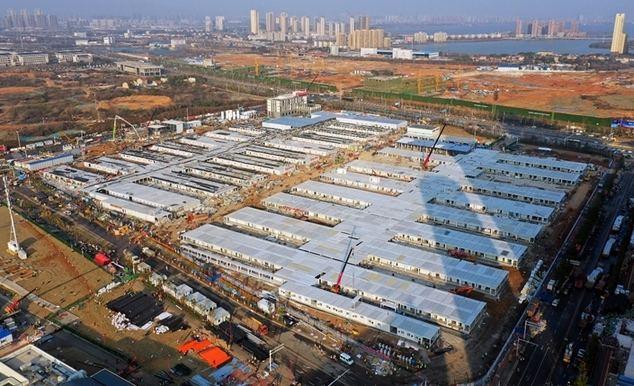 WUHAN, 5 febrero, 2020 (Xinhua) -- Vista aérea del 5 de febrero de 2020 del sitio de construcción del Hospital Leishenshan en Wuhan, provincia de Hubei, en el centro de China. El Hospital Leishenshan, uno de los hospitales improvisados para luchar contra la nueva cepa de coronavirus en Wuhan, ha completado su parte principal de construcción. (Xinhua/Li He)