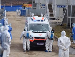 WUHAN, 8 febrero, 2020 (Xinhua) -- Trabajadores médicos desinfectan una ambulancia que traslada pacientes infectados con el nuevo coronavirus en el Hospital Huoshenshan (Montaña del Dios del Fuego) en Wuhan, provincia de Hubei, en el centro de China, el 8 de febrero de 2020. Más de 200 pacientes infectados con el nuevo coronavirus fueron trasladados el sábado al Hospital Huoshenshan (Montaña del Dios del Fuego), un hospital de 1,000 construido en 10 días en Wuhan, el epicentro del brote del virus en China. (Xinhua/Li Yun)