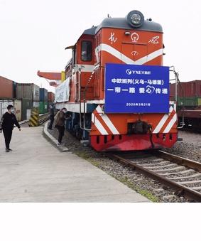 Un tren de carga China-Europa que lleva suministros anti-coronavirus parte para España en la estación de trenes del oeste de Yiwu, en Yiwu, provincia de Zhejiang, en el este de China, el 21 de marzo de 2020. (Xinhua/Gong Xianming).
