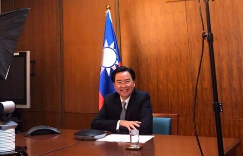 El ministro de Relaciones Exteriores, Jaushieh Joseph Wu, ha sido entrevistado por diversos medios de comunicación internacionales, interesados en conocer más acerca de la lucha de Taiwan contra el COVID-19. (Foto de Chen Mei-ling).