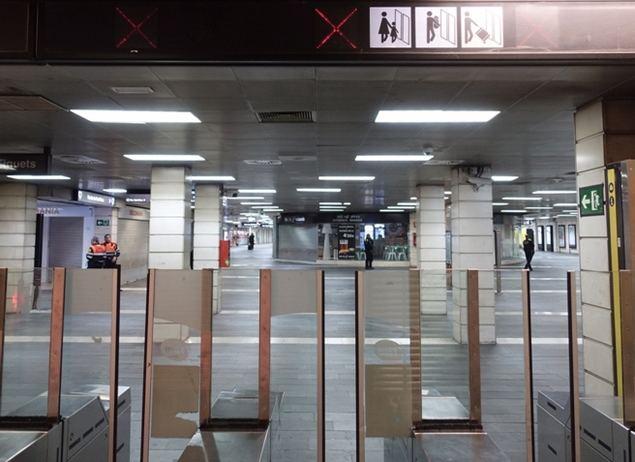 Imagen del 14 de marzo de 2020 de algunas compuertas de paso en la entrada de una estación de metro cerrada, en Barcelona, España. (Xinhua/Zhou Zhe).