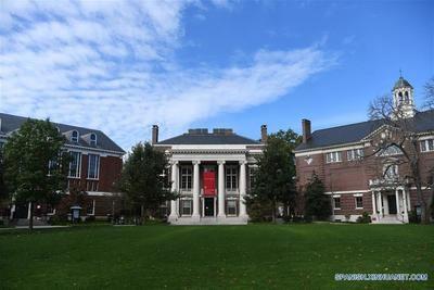 Imagen de archivo del 14 de octubre de 2018 del campus de la Universidad de Harvard en Cambridge de Massachusetts, Estados Unidos. El presidente de la Universidad de Harvard, Lawrence Bacow, dijo el martes que él y su esposa, Adele Bacow, dieron positivo por el nuevo coronavirus. (Xinhua/Liu Jie)