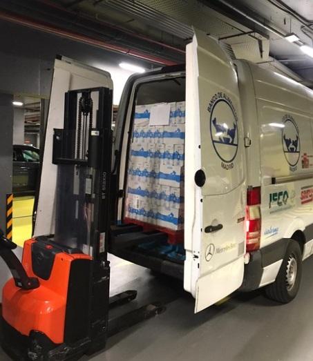 ABC Serrano dona novecientos briks de leche al banco de alimentos como inicio de su campaña