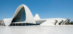 Azerbaiyán es hoy un país muy modernizado. En la imagen, el Centro Heydar Aliyev, el centro cultural construido en la avenida de Heydar Aliyev, en la capital  Bakú.