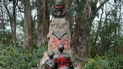 La estatua de Cervantes de San Francisco apareció con signos de vandalismo y la palabra 'bastardo' pintada. Una corriente antiespañola se ha extendido por Estados Unidos sin tener nada que ver con la actividad esclavista contra la que supuestamente se protesta.