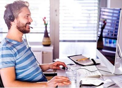 El teletrabajo aumenta la demanda de las webcams y los headsets