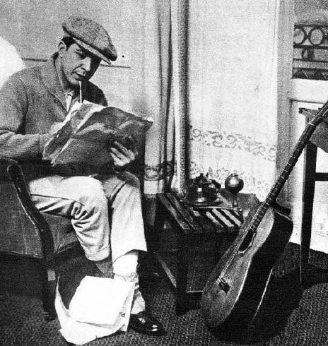 Carlos Gardel en un hotel durante uno de sus viajes a España. Fotografía incluida en la obra ganadora del I Premio Internacional Cuadernos del Laberinto de Historia, Biografía y Memorias.