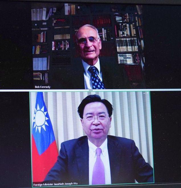 Captura de pantalla del diálogo entre el ministro de Relaciones Exteriores, Jaushieh Joseph Wu; y el presidente del ACIR, Robert Kennedy. (Foto del MOFA)