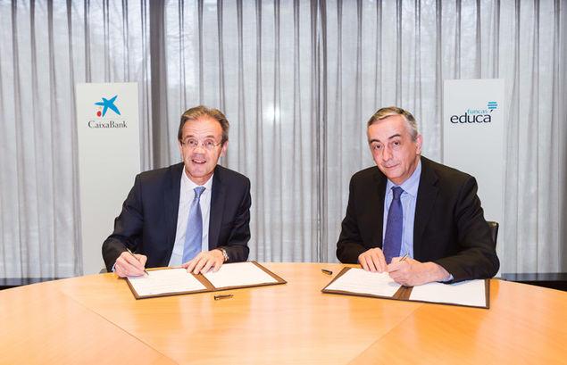 El presidente de CaixaBank, Jordi Gual, y el director general de la Fundación de las Cajas de Ahorro (Funcas), Carlos Ocaña, durante la firma del acuerdo en 2018.