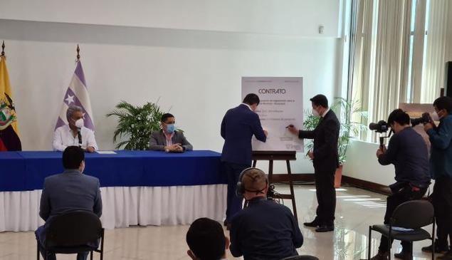 El presidente Lenín Moreno observa la firma del acuerdo entre el ministro Martínez y el representante de Herdoiza Crespo, Javier Freire.ALFONSO ALBÁN / EXPRESO.