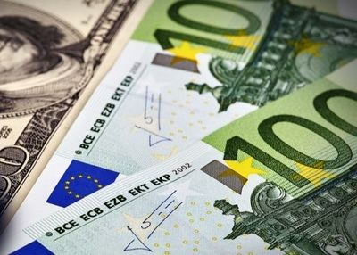 El euro extiende el rally frente al dólar a máximos de treinta y dos meses